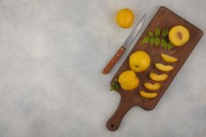 ovanifrån av skivor av färska gula persikor