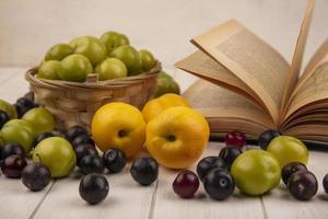 sidovy av gröna körsbärsplommon