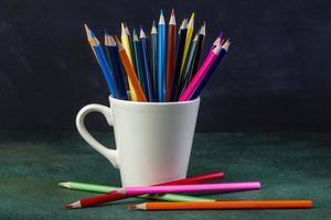 sidovy av en massa färgpennor foto