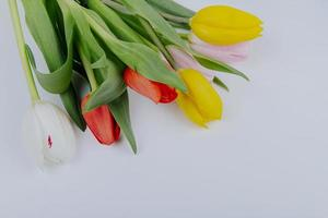 ovanifrån av en bukett med färgglada tulpanblommor