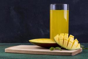 framifrån skivad mango på en svart tavla foto