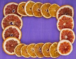 ovanifrån av en ram gjord av torkade apelsinskivor