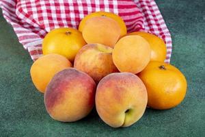 sidovy av färska mogna söta persikor foto