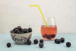 sidovy av de små sura blå-svarta fruktslowerna foto