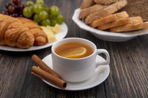 sidovy av en kopp varm toddy med kanel