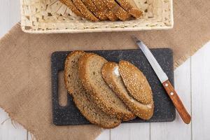 ovanifrån av skivat brunt utsäde bröd