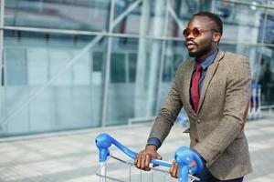 afroamerikansk man går med en korg