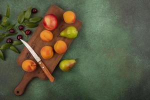 ovanifrån av frukt på skärbräda