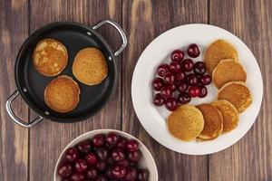 ovanifrån av pannkakor med körsbär foto