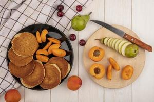 ovanifrån av pannkakor med aprikosskivor