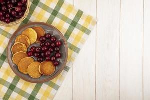 ovanifrån av pannkakor med körsbär