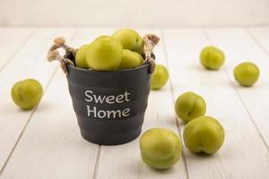ovanifrån av gröna körsbärsplommon
