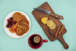 ovanifrån av pannkakor med körsbär och aprikosskivor