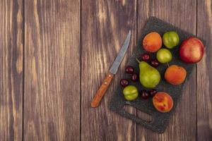 ovanifrån av mönster av frukt på skärbräda
