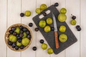 ovanifrån av färska gröna körsbärsplommon foto