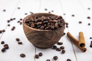 ovanifrån av färska rostade kaffebönor på en vit bakgrund