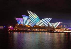sydney, australien, 2020 - ljusdesign på sydney operahuset på natten foto