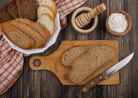 ovanifrån av skivat bröd