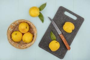 ovanifrån av färska gula persikor