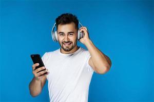 man lyssnar på hörlurar