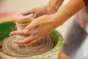 kvinnans händer formar en vas