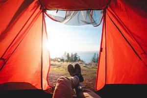 person som ligger inne i tältet