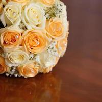 vacker brudbukett med rosor på ett bröllopsfest