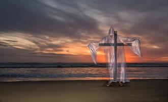 kors av frälsning strand solnedgång foto