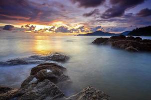 soluppgång på den steniga stranden i terengganu, malaysia.