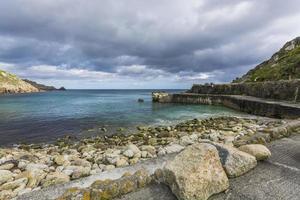 Lamorna Cove vågbrytare vid Cornwall foto