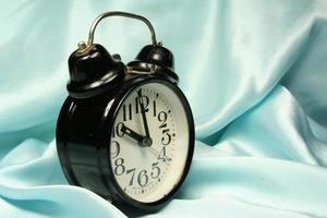 väckarklocka på blå bakgrund foto