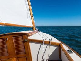 seglar en kattbåt foto