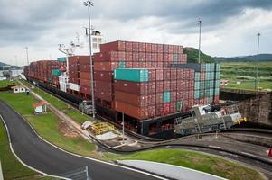 containerfartyg i panamakanel foto