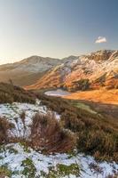 solig vintermorgon på Blea Tarn i Lake District. foto