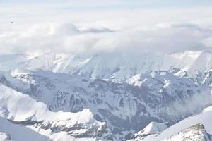 snötäckt berg under tjockt moln foto