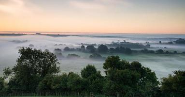 lager av dimma över höstens jordbrukslandskap