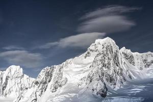 snötäckta berg i Antarktis