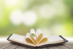 anteckningsbok på trägolv med bokehbakgrund foto