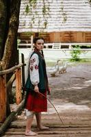 ung flicka går barfota i en traditionell broderad klänning