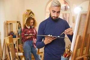 två konstnärer målar
