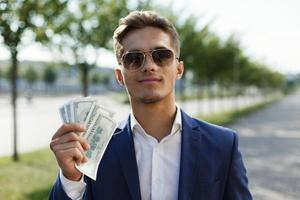 man som håller en massa pengar