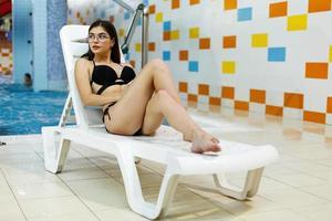 ung flicka vilar i en vattenpark