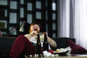 två öl på ett rörigt bord