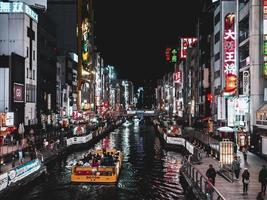 Osaka, Japan, 2018-turister packar shoppingdistriktet i kanalerna i Osaka