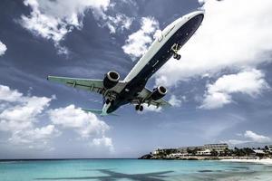 st. martin, 2013-turister tränger på maho beach när lågflygande flygplan närmar sig landningsbanan över strandlinjen