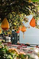 hallstatt, australien, 2020 - orange hänglampor i ett träd på ett kafé foto