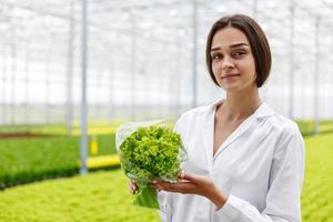 kvinnlig forskare med växt