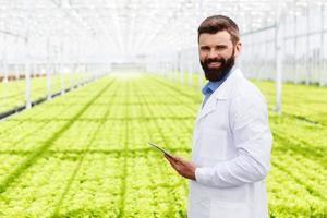 manlig forskare i ett grönt hus