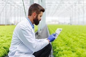 forskare som använder tablett