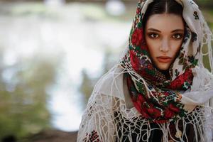 porträtt av en ung flicka i en traditionell etnisk klänning